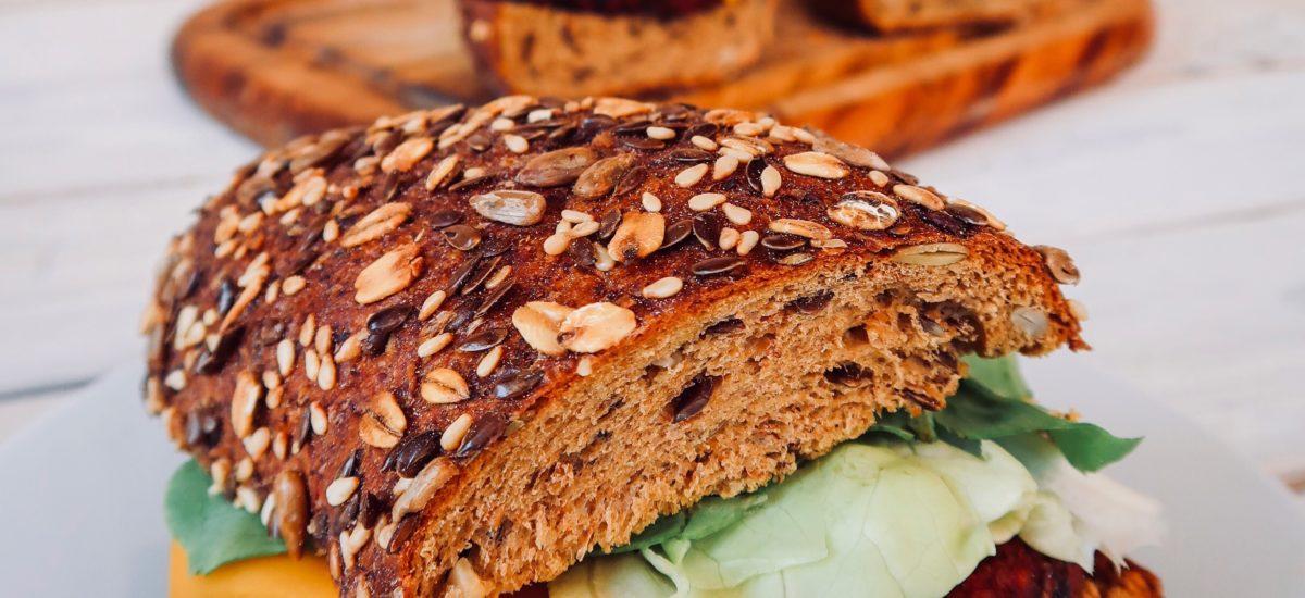 Burger di sorgo, funghi e barbabietola: vegani e senza glutine